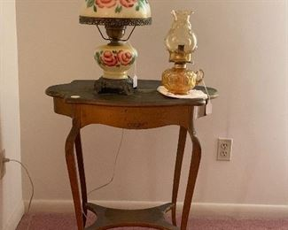 Vintage foyer table and lamps