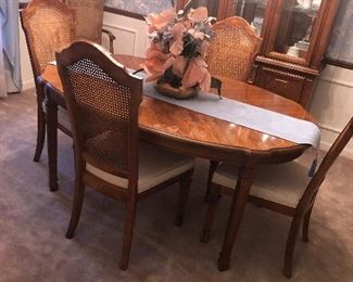 Dining room table with two leaves and 6 six chairs. 150.00