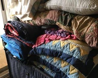 Linens/pillows/blankets