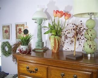 Lamps, artificial flowers and artwork