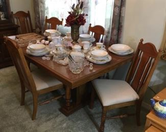 Excellent Broyhill Dining Set.