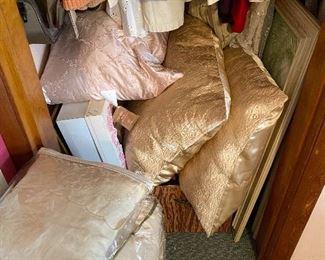 Pillows/Bedding