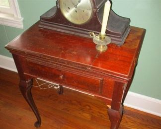 George III period mahogany end table with cabriole feet