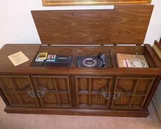 Vintage Magnavox Stereo/8-Track/Record Console $100.00
