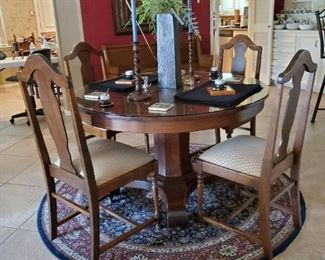 Antique Round Oak Pedestal Table with 4 Antique Chairs