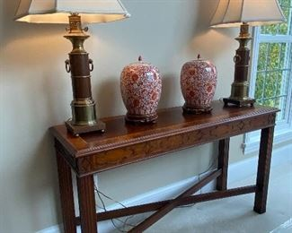 """HENKEL-HARRIS CONSOLE TABLE 54"""" LONG WITH A PAIR OF LAMPS AND A PAIR OF ANTIQUE CHINESE URNS"""
