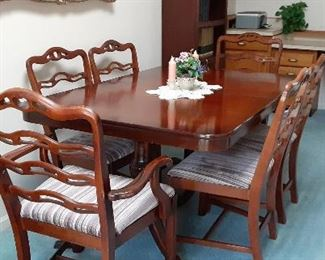 Diningroom set with 7 chairs.
