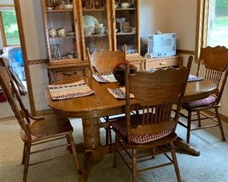 Oak dining room table with one leaf and four chairs excellent condition