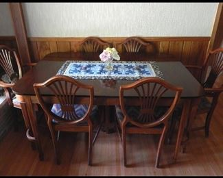 Beautiful Mahogany Dining Table With Six Chairs, Three Leafs and Table Pads.