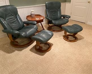 PAIR OF EKORNES STRESSLESS CHAIRS WITH OTTOMANS