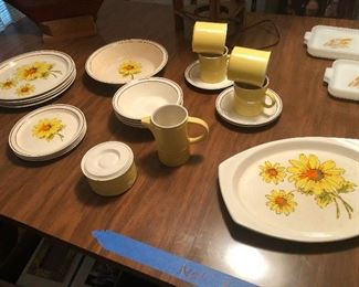 ANOTHER awesome vintage dinnerware set.