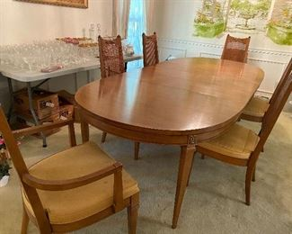 Oval dining table with two leaves, 6 chairs and pads