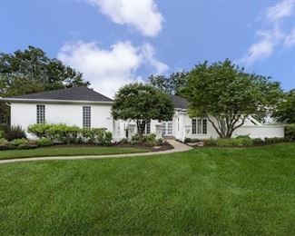 Beautiful Home in St. Charles on the Golf Course.