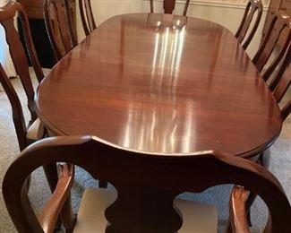 DR101   Pennsylvania House Dinning Room Table, 6 chairs, 2 captain chairs and includes custom table cover and additional table leaf's.