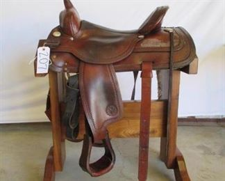 "207	  Circle ""Y"" Park and Trail Saddle Circle ""Y"" 16 1/2"" Park and Trail saddle is complete with breast collar, front and back cinches, along with string ties. Saddle is in great working condition. No. 155126011101"