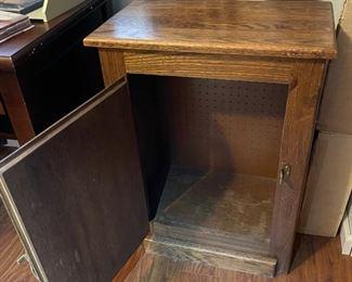 Vintage Oak Cabinet29.5x21.5x13inHxWxD