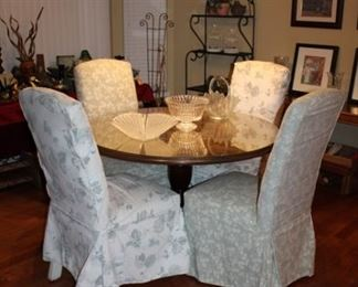 ROUND WOOD DINING TABLE W/GLASS TOP & 4 CHAIRS