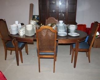 DINING TABLE W/LEAFS & 4 CHAIRS