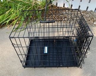 CLEARANCE  !  $4.00 NOW, WAS $16.00..............Small Dog Crate (B086)