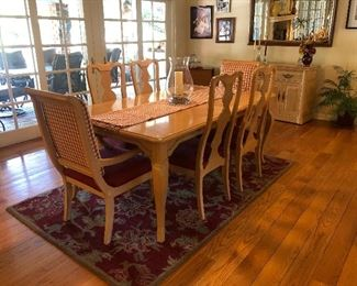 Beautiful Vintage Thomasville Dining Table- 2more extra Leaves