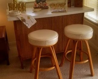Vintage rattan bar with formica top and 2 rattan bar stools