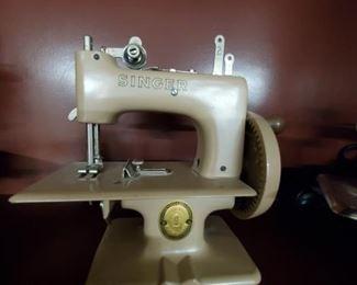 VINTAGE SINGER (GR. BRITAIN) METAL TOY SEWING MACHINE