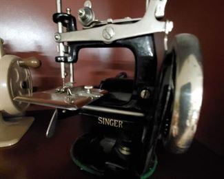 ANTIQUE IRON SINGER MODEL 20 TOY SEWING MACHINE THAT SEWS