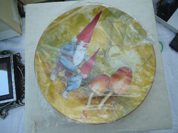 Set of gnome plates