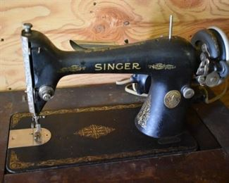Antique Singer Sewing Machine in Beautiful Condition!