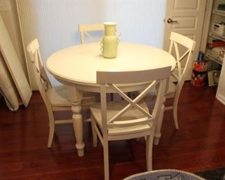 OFF WHITE KITCHEN TABLE W/2 LEAFS & 4 CHAIRS