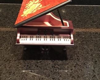 "Baby Grand music box, plays ""Isola di Capri"""