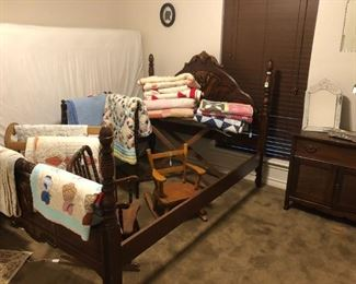 Vintage bed & quilts, 2 quilt racks