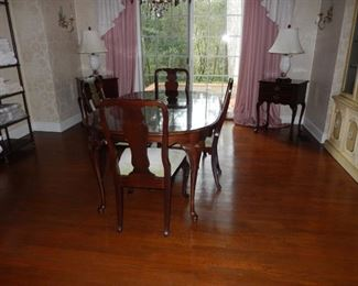 Dining table with 4 chairs & 2 leaves