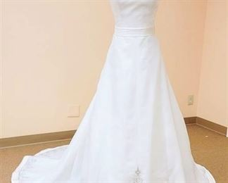 2be  White Wedding Gown - No Size Tag, fits like a 10 or 12