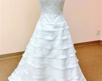 2be Bridal Gown no marked size, fits like a 10