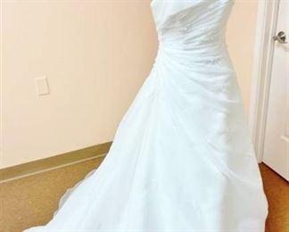 Pronovias Size 10 Designer Wedding Gown