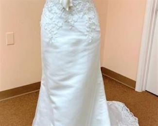 Casablanca Bridal size 10 Ivory with Beautiful Lace and Cinching Bow