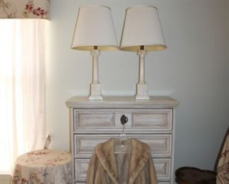 CHEST OF DRAWERS, 2 LAMPS, FUR