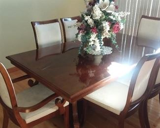 Gorgeous Stanley dining room table with 6 chairs