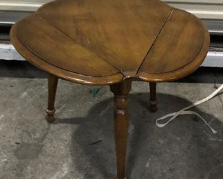 https://www.ebay.com/itm/114545292598	KG0089 Clover Shaped Drop Leaf Accent Table Pickup Only		Auction