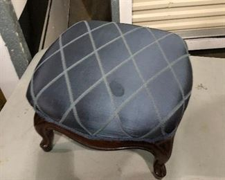https://www.ebay.com/itm/124461375799	KG8069 Small Blue Upholstered Ottoman Foot Rest #2 Pickup Only Vintage		Auction