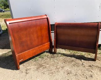 https://www.ebay.com/itm/114528608901	LAR1010 Cherry Twin Size Sleigh Bed Pickup Only		 OBO 	 $30.00