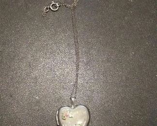 https://www.ebay.com/itm/124156076686	RX4152001 STERLING SILVER 925 18 INCH CHAIN & GRAND MA LOCKET Weight 3.6 GR		 Buy-it-Now 	 $20.00