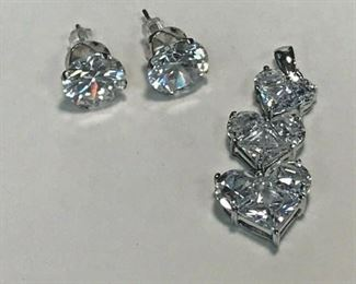 https://www.ebay.com/itm/114477674201	WL197 STERLING SILVER HEART PENDANT AND EARRINGS WITH CLEAR GEMS 		 Buy-it-Now 	 $20.00