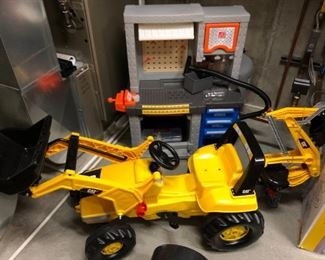 Better view of the Caterpillar front end loader for kids.