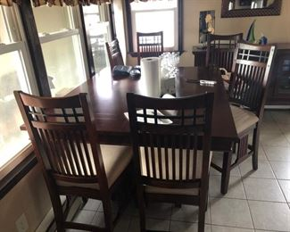 Broyhill dining table w. chairs