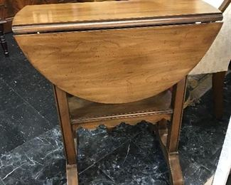 Now this little drop leaf table has  a secrete.  The top swivels on a peg.  Nice side table.