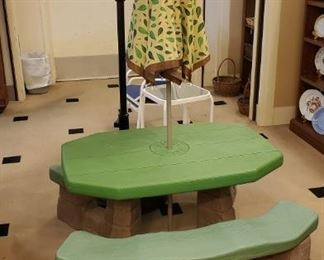 Children's picnic table with umbrella!