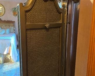 GORGEOUS TRI-FOLD FULL LENGTH MIRROR IN SILVER W/CANED BACK AND HOOKS FOR HANGING. PERFECT BEDROOM SUITE ROOM DIVIDER