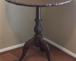 "Antique Mahogany Pie Crust Edge Table on Tripod Curved Legs. 29"""